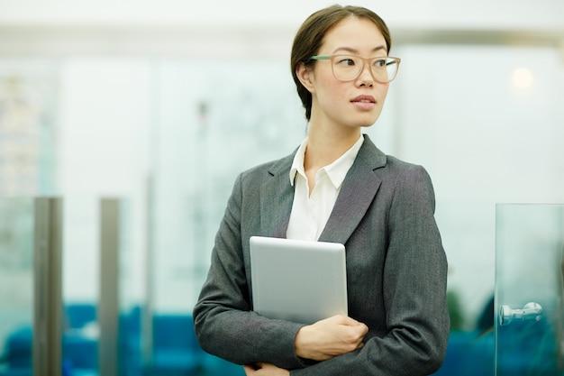Imprenditrice con tablet