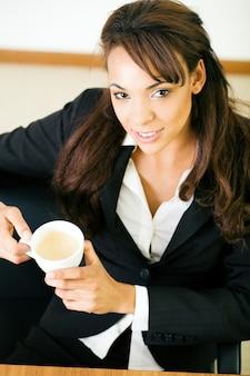Imprenditrice con un doppio espresso