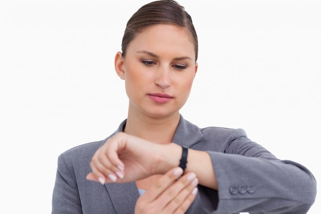 Imprenditrice controlla il suo orologio