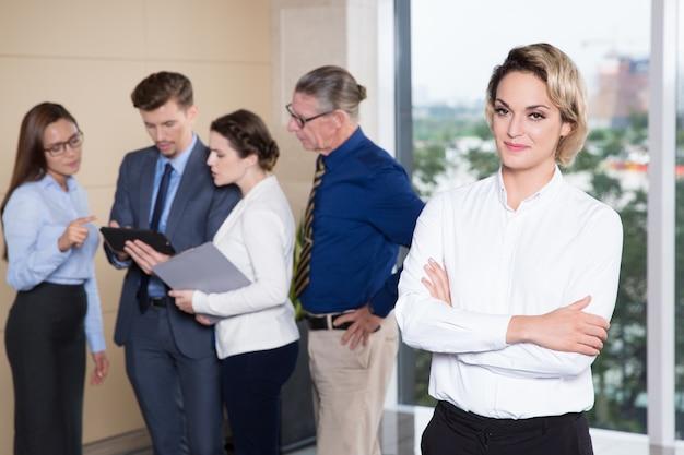 Imprenditrice di successo in piedi davanti alla squadra