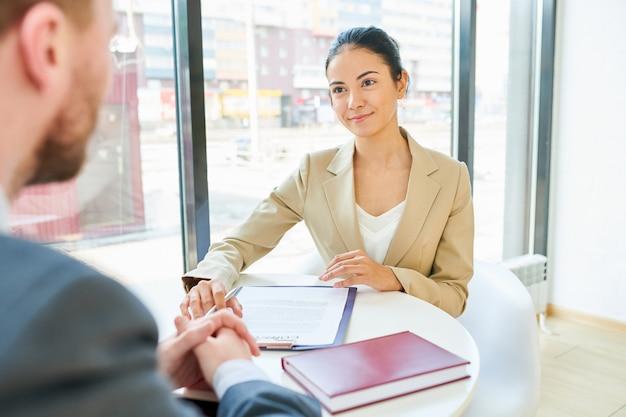 Imprenditrice di successo in riunione con il cliente