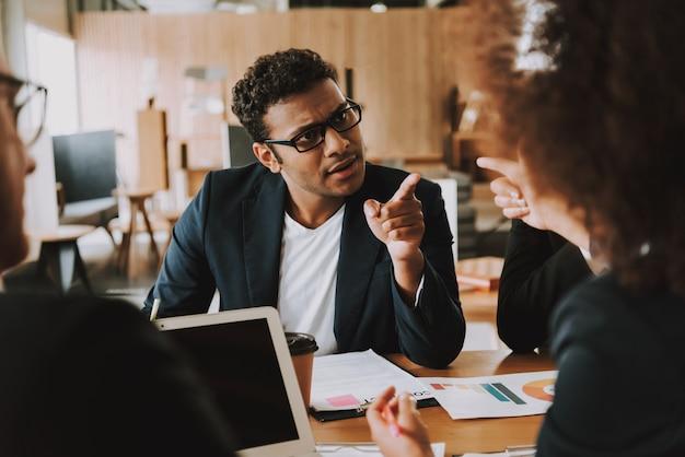 Imprenditrice e uomo d'affari discutono di qualcosa.