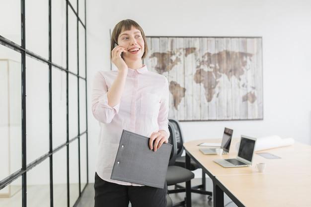Imprenditrice facendo una telefonata