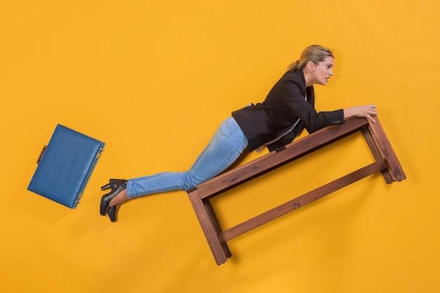 Imprenditrice galleggiante su una panchina