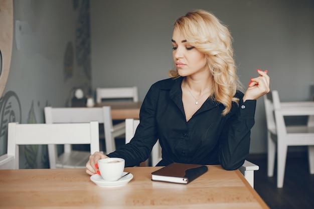 Imprenditrice in un caffe