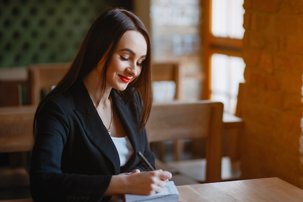 Imprenditrice in un caffè