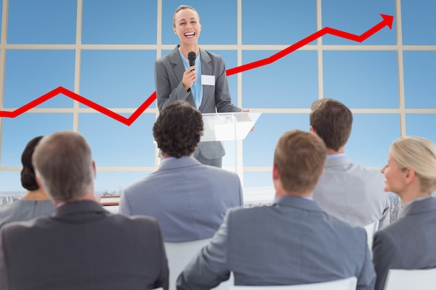 Imprenditrice interagire con i suoi colleghi