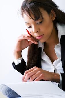 Imprenditrice leggendo un documento