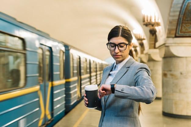 Imprenditrice nella stazione della metropolitana
