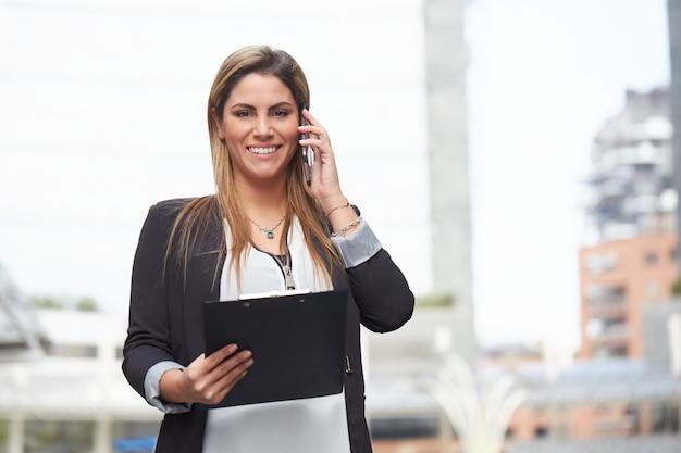 Imprenditrice parlando al cellulare in ambiente urbano
