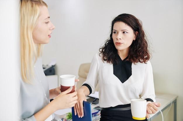 Imprenditrice parlando al collega