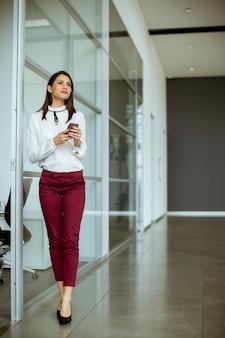 Imprenditrice parlando al telefono cellulare