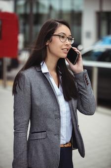 Imprenditrice parlando sul cellulare