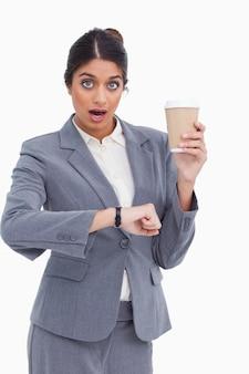 Imprenditrice scioccata con coppa di carta ha appena controllato l'ora