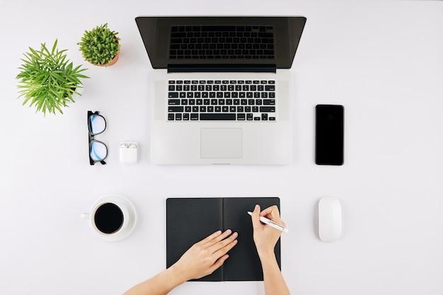Imprenditrice scrivendo nel blocco note