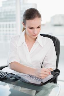 Imprenditrice scrivendo nel suo diario