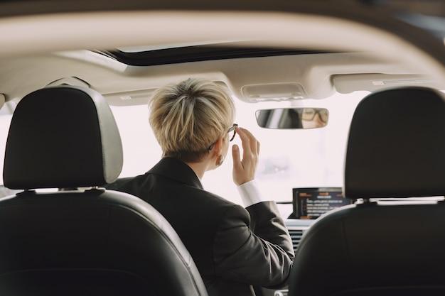 Imprenditrice seduto all'interno di un'auto