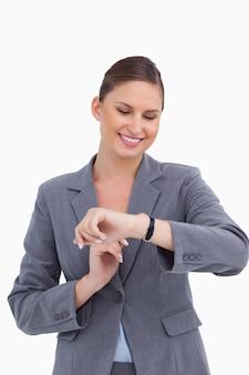 Imprenditrice sorridente guardando il suo orologio