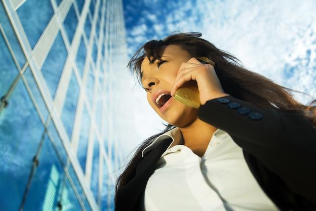 Imprenditrice urlando al telefono