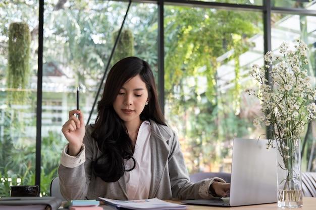 Imprenditrice usando il computer. donna startup che lavora con il rapporto di affari