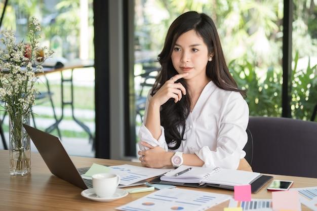 Imprenditrice utilizzando il computer sul posto di lavoro. donna che lavora con la relazione d'affari