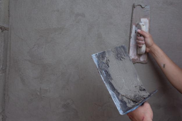 Impresa di gessatura che rinnova le pareti interne.
