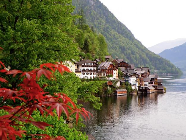 Impressionante lake village di hallstatt nella tranquilla mattina, in austria