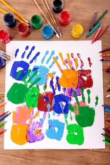Impronte di mani dipinte su un banco di scuola
