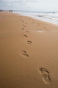 Impronte su una spiaggia