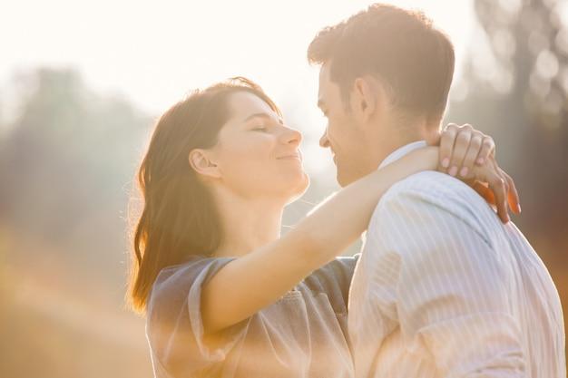 In amore coppia godendo i momenti di stare insieme