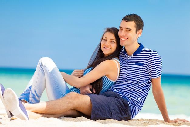 In amore coppia sulla spiaggia del mare in estate.