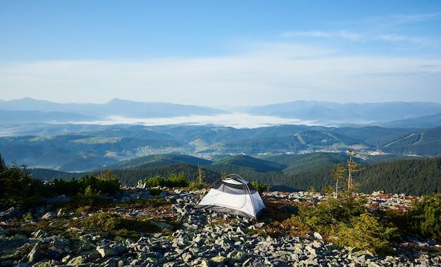In campeggio sulla cima della montagna al mattino