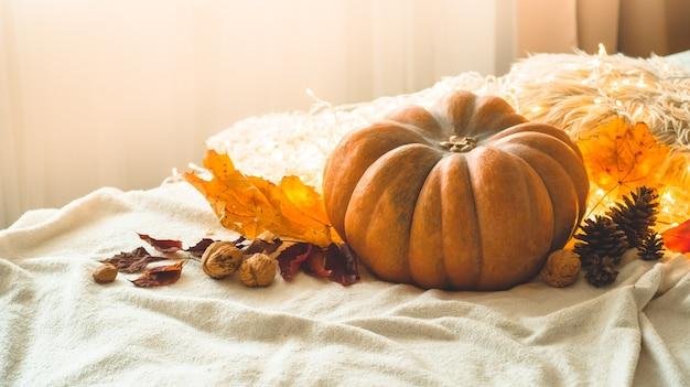 In casa decorata ghirlanda di zucca, coni, noci e foglie d'autunno. bella scena di concetto di festival di festa autunnale autunno, raccolto