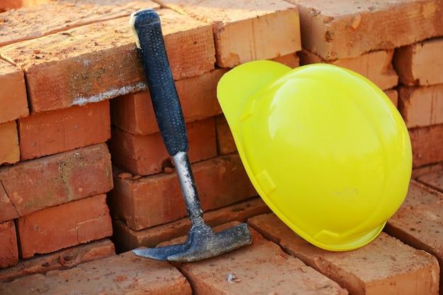 In costruzione, casco e mattoni per cantiere
