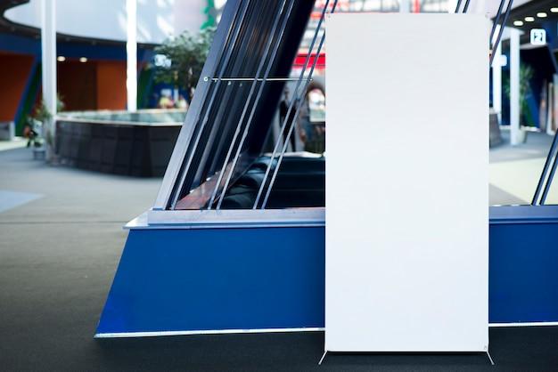In piedi cartellone bianco nel centro commerciale