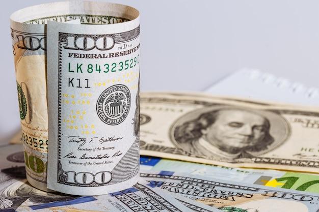 In piedi curvo rotondo della banconota in dollari cento