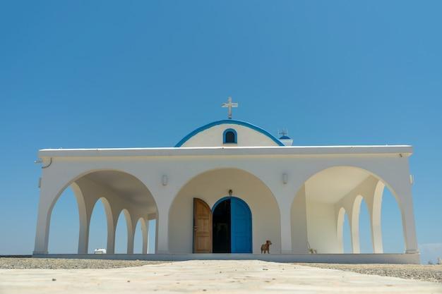 In riva al mare si trova la cappella e la grotta di ayia thekla.