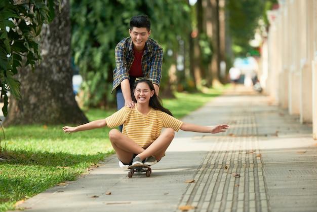 In sella a uno skateboard
