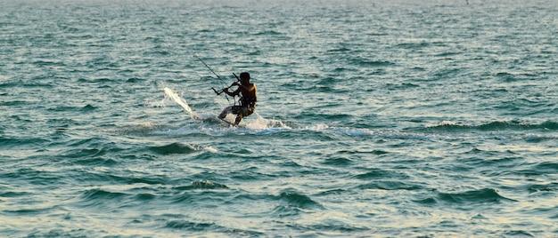In spiaggia c'è il windsurf. seguendo la brezza marina