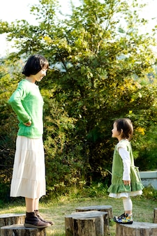 In un caldo pomeriggio, mia madre e mia figlia si divertono una di fronte all'altra.
