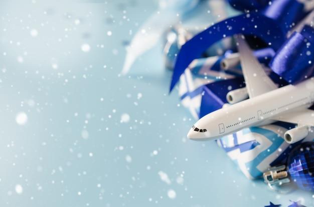 In viaggio come regalo. modello di aereo passeggeri, passaporti e confezione regalo.