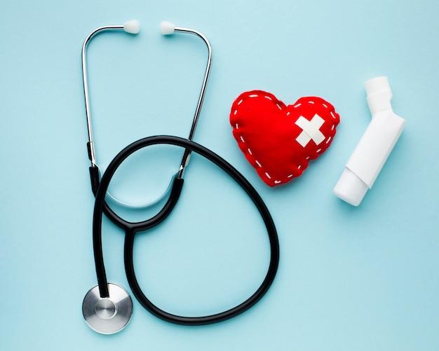 Inalatore di asma con vista dall'alto dello stetoscopio