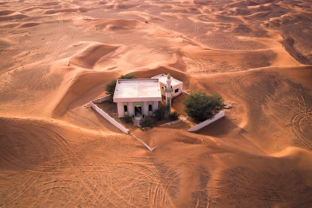 Incagliato - una moschea abbandonata nel deserto negli emirati arabi uniti (dubai)