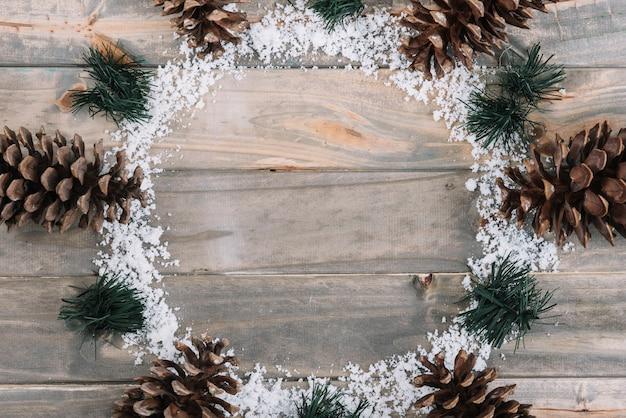 Incavi vicino a aghi di abete e neve