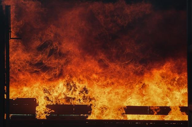 Incendio violento nella stanza del container