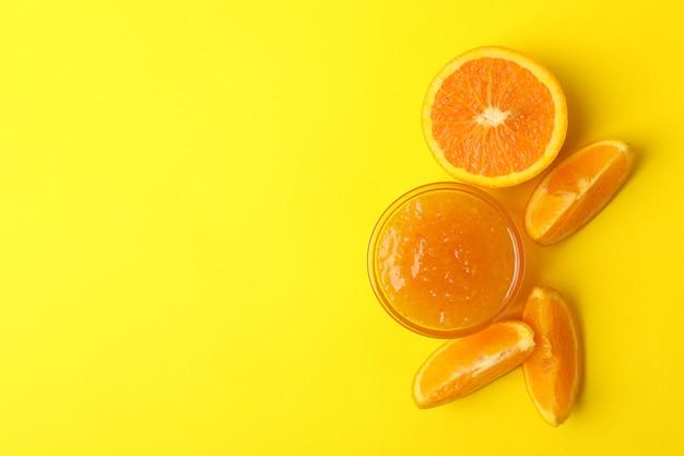 Inceppamento arancio delizioso su fondo giallo, vista superiore