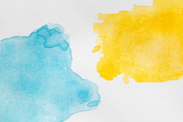 Inchiostro di colori contrastati astratto su superficie bianca