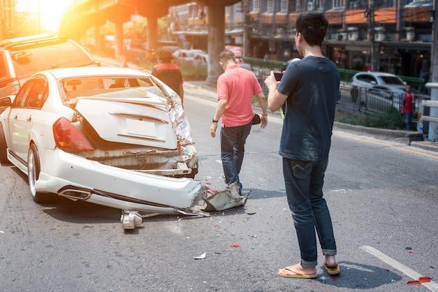 Incidente automobilistico che coinvolge due auto in una strada cittadina