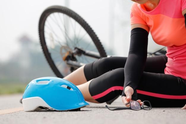 Incidente d'auto di incidente con la bicicletta sulla strada