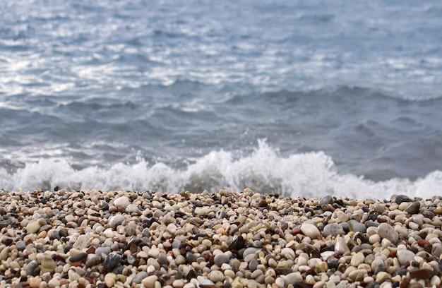 Incidente sull'onda del mare sulla ghiaia costiera
